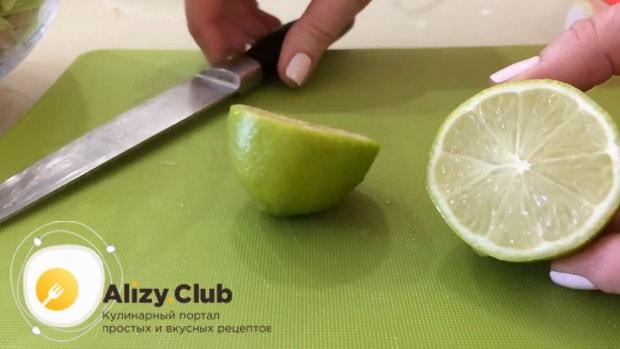 выдавите сок лайма для приготовления салата с ветчиной