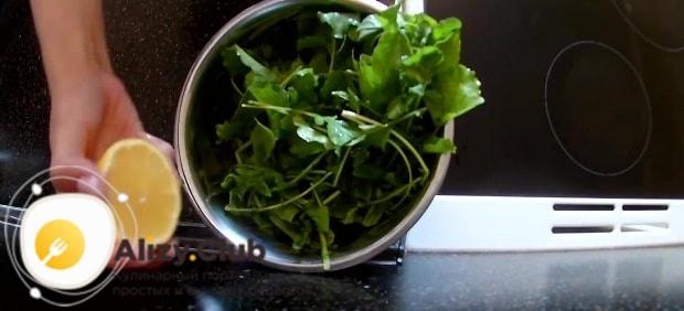 Вымойте и обсушите 50 г листьев рукколы