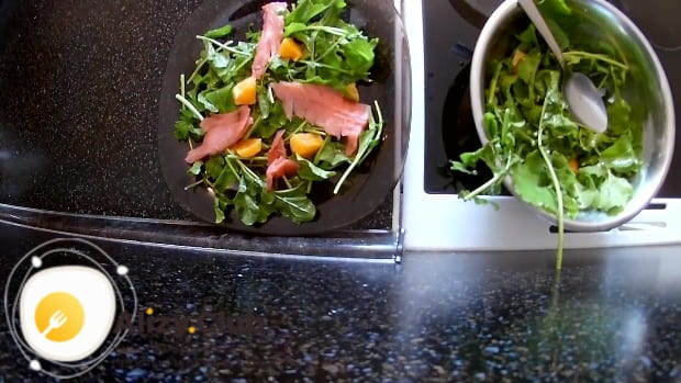Нарежьте 100-150 г сёмги тонкими ломтиками