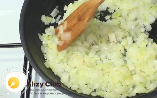 Наливаем на сковороду 40-50 мл масла