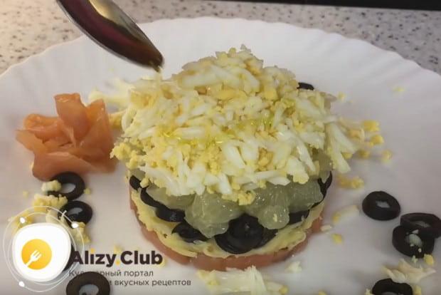 Очень органичным по вкусу получается такой салат с рукколой и красной рыбой.