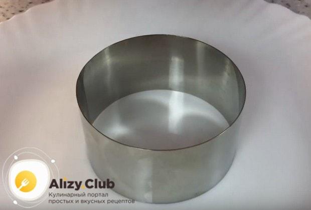 такой салат будет выглядеть красиво, если формировать его при помощи кондитерского кольца.