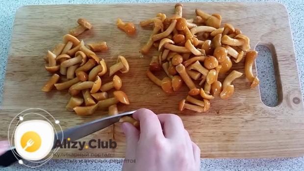 Нарежьте грибы для приготовления салата с ветчиной