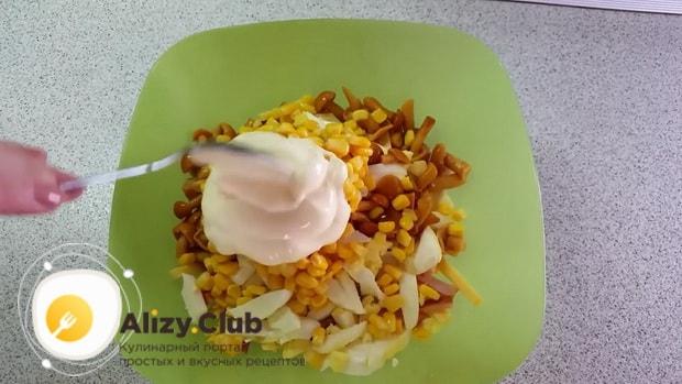 Заправьте салат для приготовления салата с ветчиной