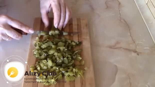 Нарежьте соленые огурцы для приготовления салат из свеклы с солеными огурцами