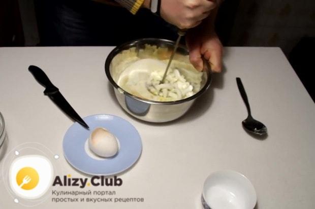 Используя толкушку, тщательно размешиваем ингредиенты между собой