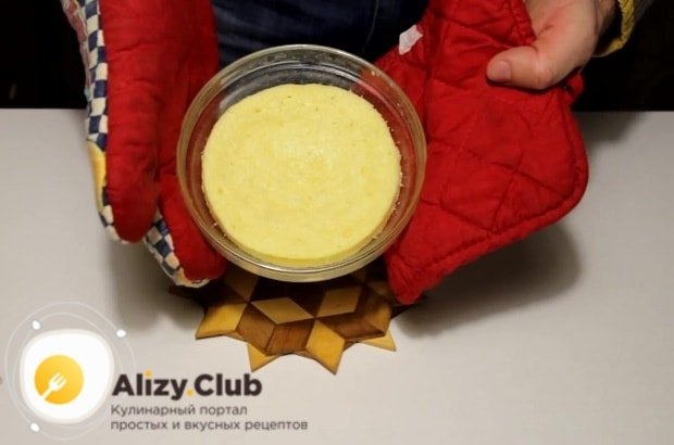 Готовый десерт извлекаем из микроволновой печи