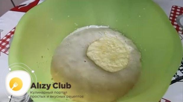 Полученную масляно-яичную смесь добавляем в опару