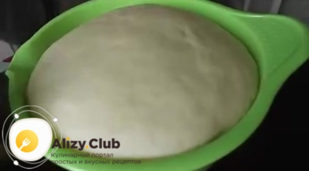 Как только тесто подойдёт, можно браться за формирование булочек