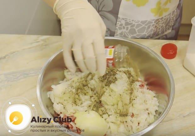 Добавляем к мясу с луком соль и перец по вкусу и хорошо перемешиваем.