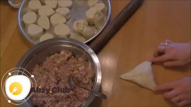 Выложите столовую ложку начинки по центру лепешки