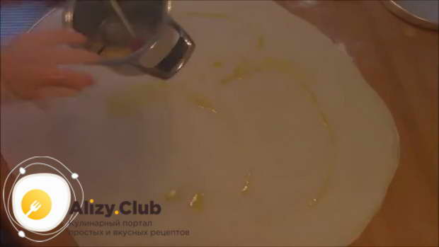 Смажьте верхний слой оставшимся сливочным маслом