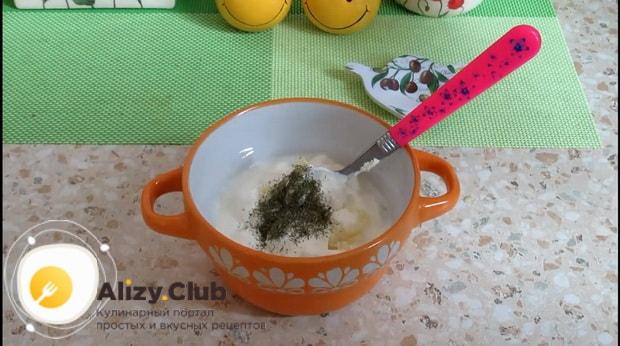 Добавьте в соус зелень для приготовления котлет из кабачков.