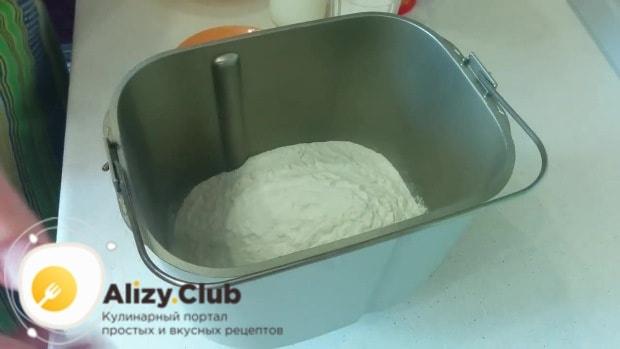 Всыпаем в ведёрко хлебопечки 250 грамм просеянной муки