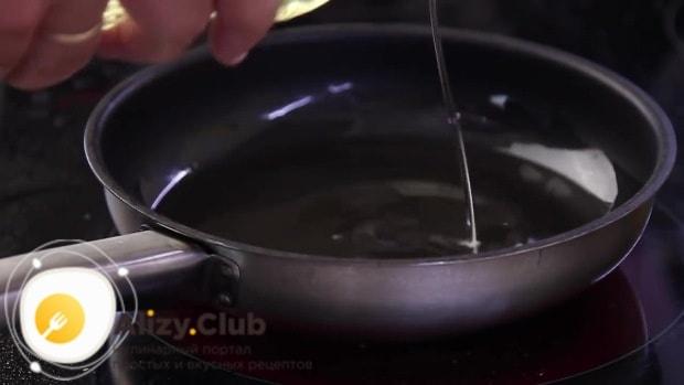 Берем сковородку и наливаем в нее 100-150 граммов подсолнечного рафинированного масла