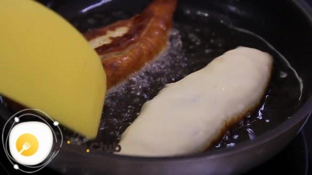 В разогретое масло аккуратно выкладываем пирожки
