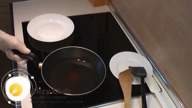 Нагрейте сковородку для приготовления рисовых биточков.