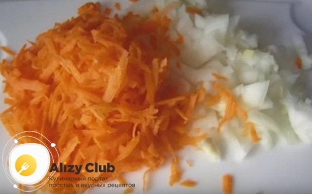 Измельчаем произвольно лук и морковь.