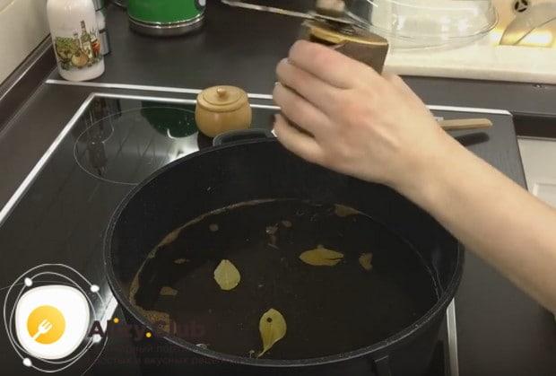 Солим, перчим бульон, добавляем лавровый лист.