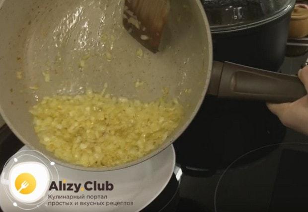 Обжариваем лук в масле до золотистого цвета и перекладываем в другую посуду.