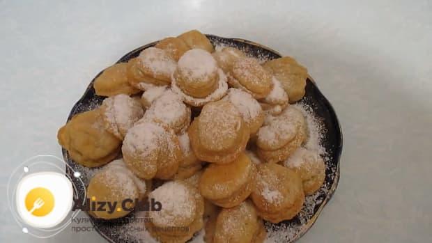 Посыпьте печенье на пиве сахарной пудрой.