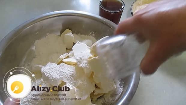 Добавьте сахар в тесто для приготовления печенья на пиве.