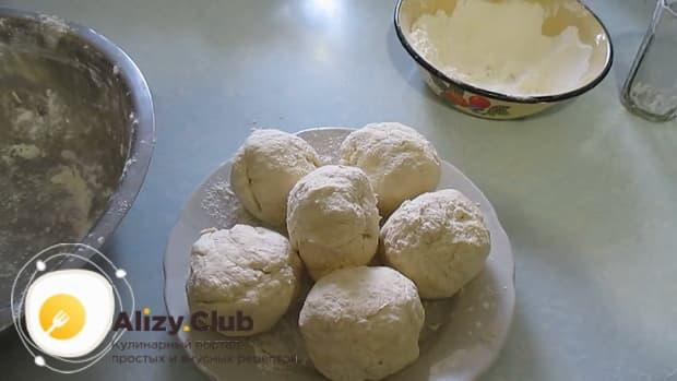 Разделите тесто для приготовления печенья на пиве на кусочки.