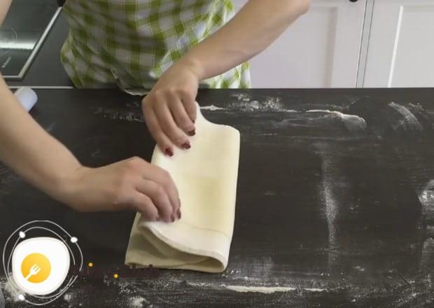 Складываем тесто и отправляем в холодильник.