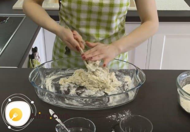 Замешиваем тесто, при надобности добавляя немного муки.