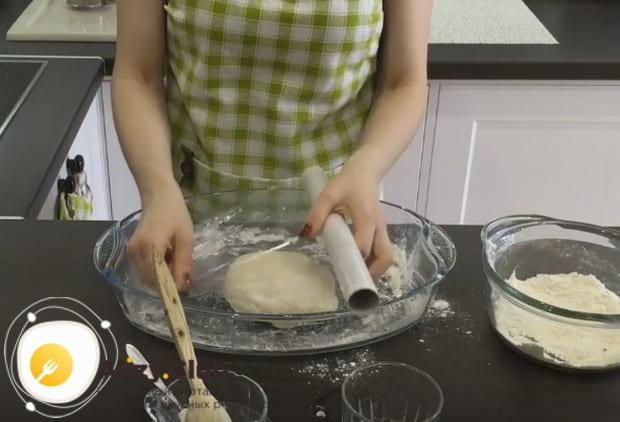 Получившееся тугое тесто заворачиваем в пищевую пленку.