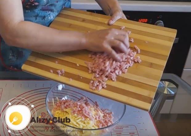 Ветчину или колбасу режем режем маленькими кубиками.