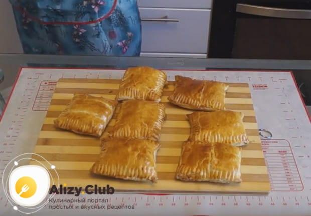 Такие пирожки можно приготовить также с колбасой и сыром.