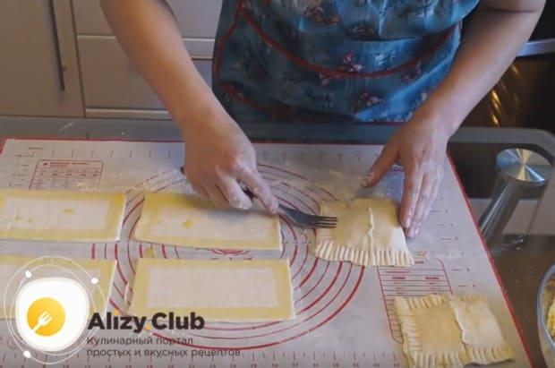 Края пирожков для надежности нащипываем вилкой.