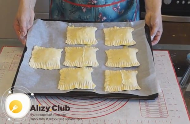Смазываем пирожки уж на противне яйцом или желтком.