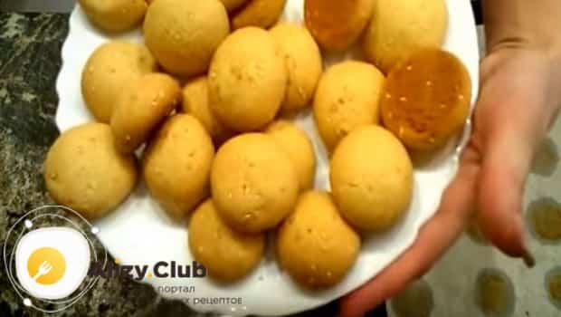 Готовое сметанное печенье с медом подаем к столу