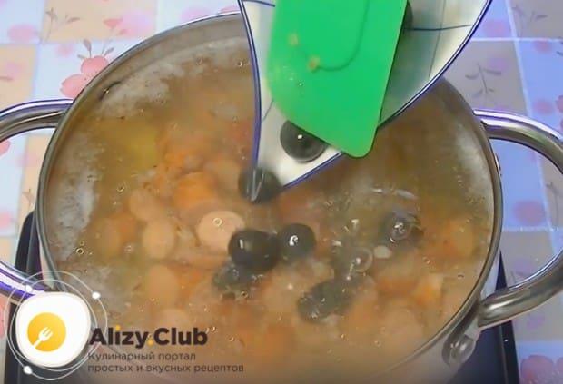 Добавляем сосиски, огурец, маслины.