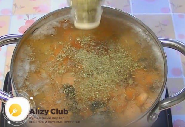 Солим и перчим блюдо по вкусу, добавляем сушеную петрушку.