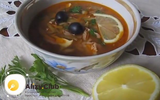 Подавайте блюдо с оливками и лимоном.