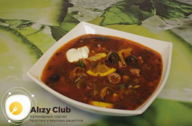 Такое блюдо принято подавать со сметаной,оливками и кусочком лимона.