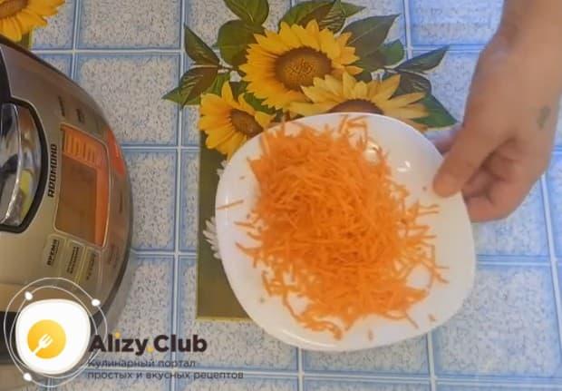 Натираем на средней терке морковку.