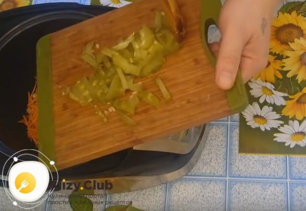 Режем соломкой соленый огурец и тоже выкладываем его в мультиварку.