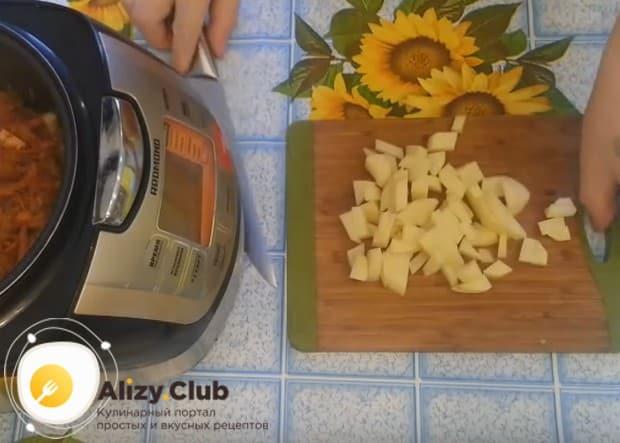 Солянка в мультиварке с картошкой будет более сытной.