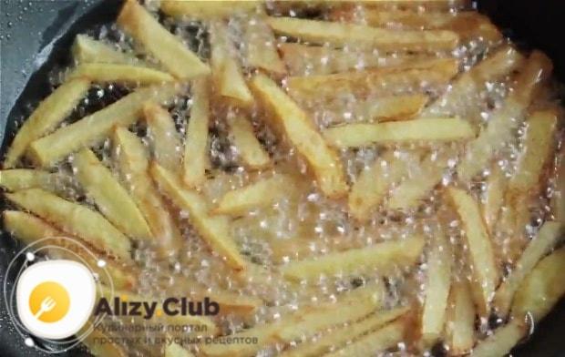 Порубим соломкой 4 картофелины