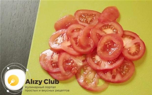 Тонкими кружками нарезаем помидор