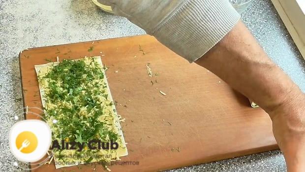 Берем 20 грамм петрушки и мелко рубим ее
