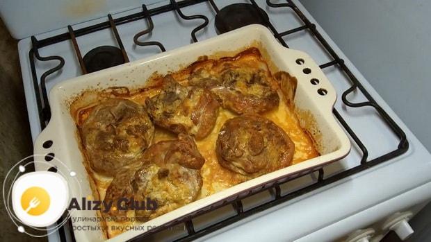 Вкусный стейк из индейки приготовленный по рецепту в духовке готов.