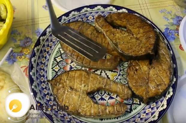 Подавать блюдо можно с приготовленным нами чесночным соусом и овощами гриль.