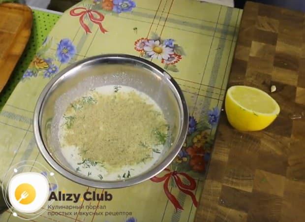 Добавляем панировочные сухари, чтобы загустить соус.