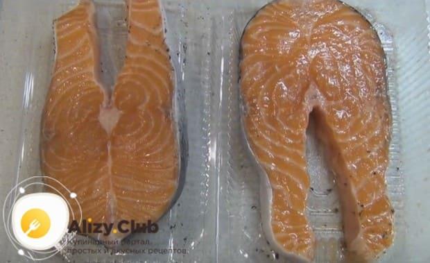 Выкладываем стейки в судочек или на блюдо.
