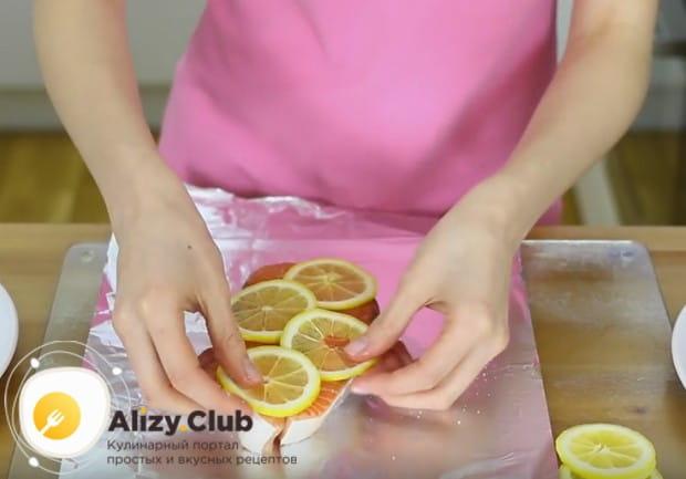Кладем на стейк кусочки лимона.